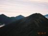 ピパイロ岳西肩よりピパイロ岳(中央右)・伏美岳(左)・妙敷山(中央左)を望む