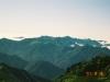 幌尻岳よりカムイエクチカウシ山(中央)をはじめとする中部日高の山々を望む