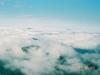 幌尻岳より雲海から覗かせる夕張岳(左)・芦別岳(右)を望む