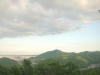 三角山より札幌市街地・円山(左)・藻岩山(中央)・宮の森ジャンプ競技場(右)を望む